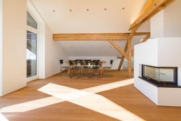 5_Umbau_Sanierung_Wohnhaus_Schliersee_offener_Kamin_Parkett_Wohnen_Dachgeschossausbau